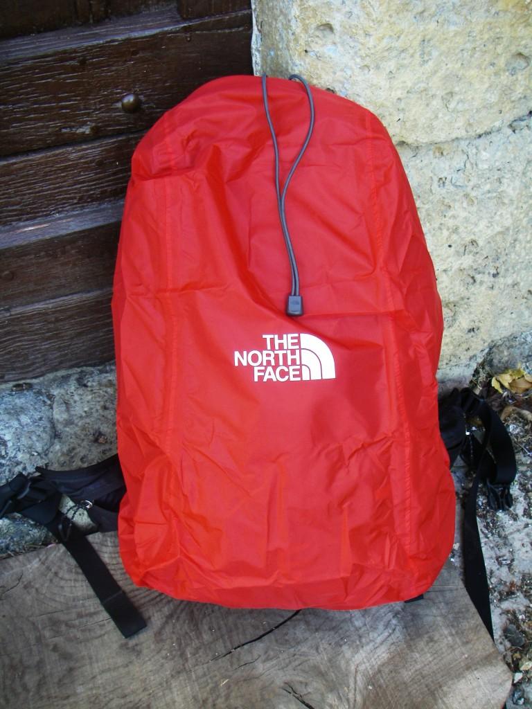 La housse de pluie est indépendante du sac et se range dans une poche au fond du sac.