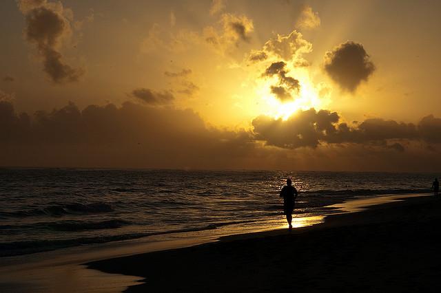 Courir a l'aube permet d'éviter la chaleur, et de profiter d'une lumière particulière... une bonne motivation pour se lever ! (crédit photo : Robbie)