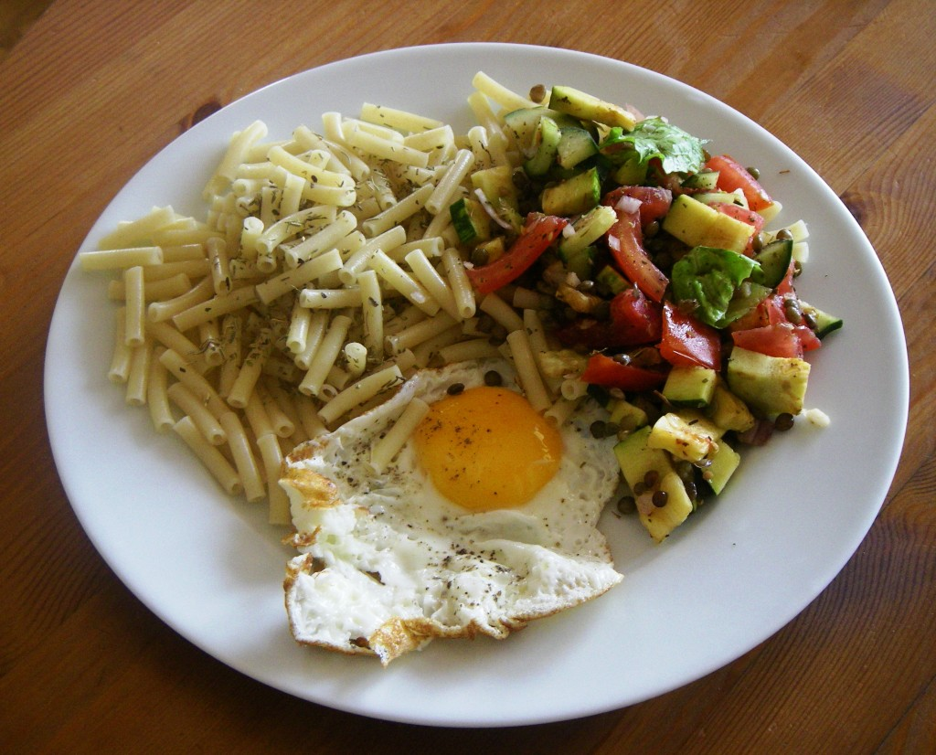 Le repas post-sortie, rien d'extraordinaire : des pâtes pour les glucides, un œuf pour les protéines, et des crudités parce que c'est de saison !