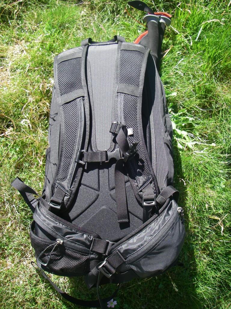 Vue du dos avec les 2 ceintures (celle du haut est réglable en hauteur), la plaque de dos en U avec les canaux d'aération.