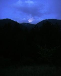 Le Mont Ventoux vu d'en bas, avant le départ, à l'aube. On devine la lune cachée par les nuages.