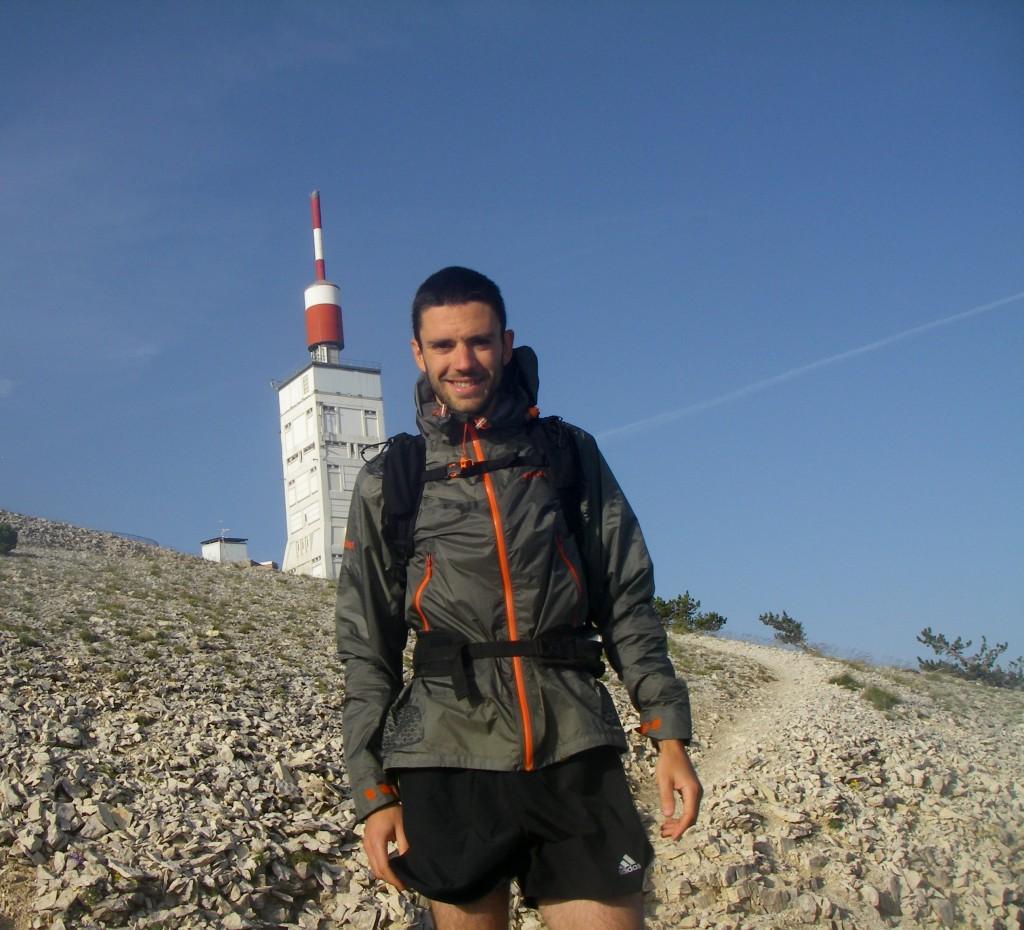 En commençant la descente, j'essaie de me prendre avec la tour mythique du Mont Ventoux. Le vent souffle, je supporte largement la veste !